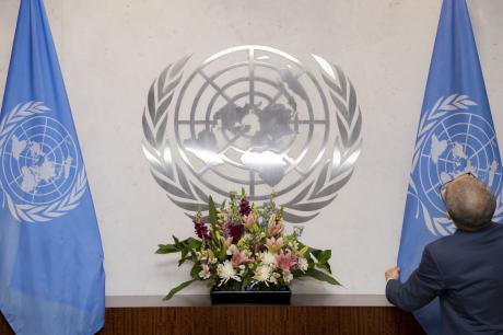 A member of staff adjusts the United Nations flag. © UN